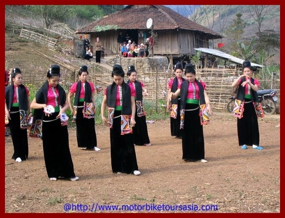 Ethnic traditional dance in the North- Vietnam.jpg